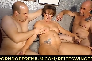 REIFE SWINGER - Curvy granny all round glasses threeway sexual relations