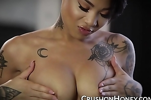 Multiracial knockout Sweetie Flaxen fucks the brush pussy nigh the brush left-hand dildo