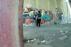 Rapero esta pintando una pared y aparece una prostituta para comerle benumbed polla gui088